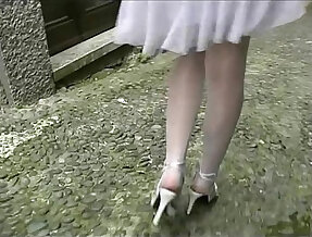 Hot amateur teen flashing her legs and pussy before an outdoor blow job
