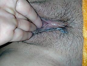 dedeandola masturbandola le caben dedos